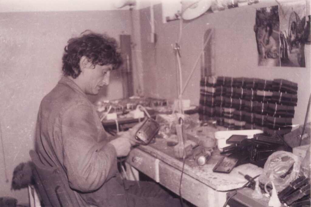 Produkcja brzęczyków w pierwszej siedzibie Aquael na Hołubcowej w 1994 roku, fot. zbiory prywatne.